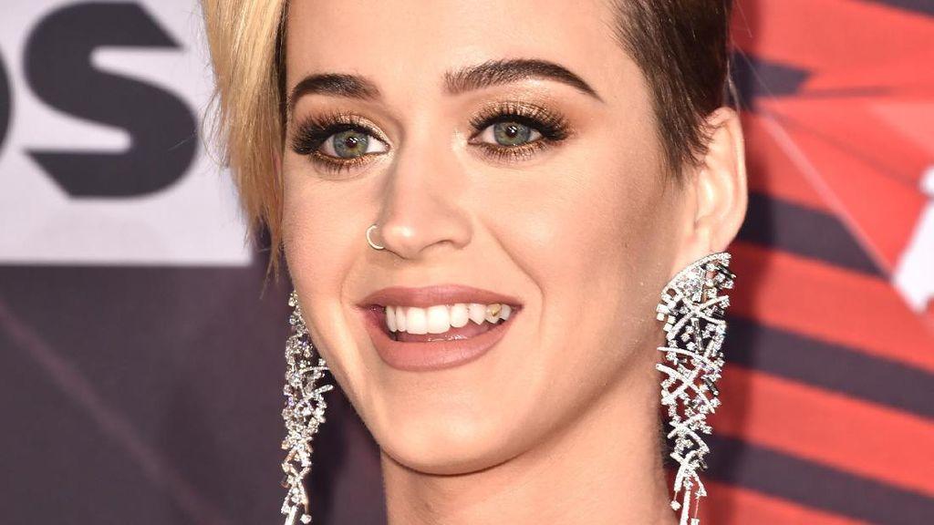 Ups, Ada Kotoran Nyangkut di Gigi Katy Perry saat Hadiri Karpet Merah