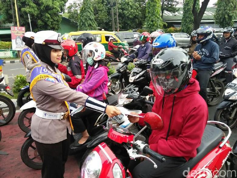 Bagikan Masker, Operasi Simpatik di Tangerang Libatkan Ojek Online
