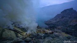 Kawah Ijen Keluarkan Gas Beracun, Wisatawan Dilarang Lihat Blue Fire