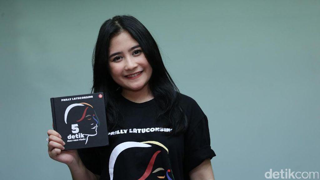 Prilly Latuconsina Curhat Lewat Buku Puisi 5 Detik dan Rasa Rindu