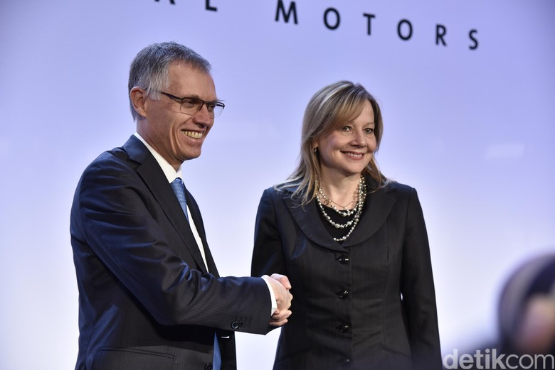 Chairman PSA Group Carlos Tavares berjabat tangan dengan CEO GM Mary T Barra dalam jumpa pers di Paris. Foto: General Motors