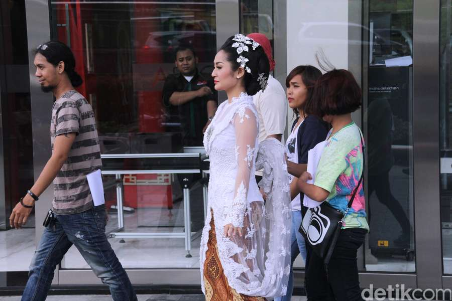 Lho, Siti Badriah tampil dengan Gaun Pengantin