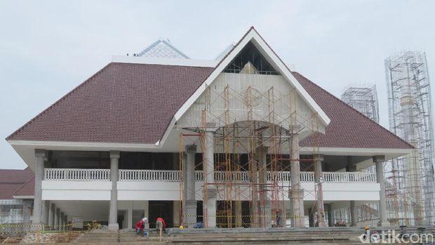 Masjid dibangun dengan konsep ornamen Betawi.
