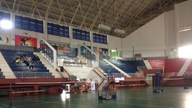 GOR Ciracas juga dilengkapi Plaza, tempat fitnes outdoor dan lift.
