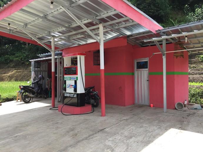 Pertamini yang terletak di Salem, Brebes, Jawa Tengah. Ada meteran digitalnya, jadi pengisian bensin tidak dilakukan secara manual. Warnanya pun sudah ala SPBU Pertamina. Ada juga fasilitas toiletnya.Foto: Dadan Kuswaraharja