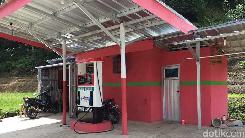 Pertamini di Brebes, Jawa Tengah sudah mirip SPBU Pertamina, ada rest area dan toiletnya (Foto: Dadan Kuswaraharja)