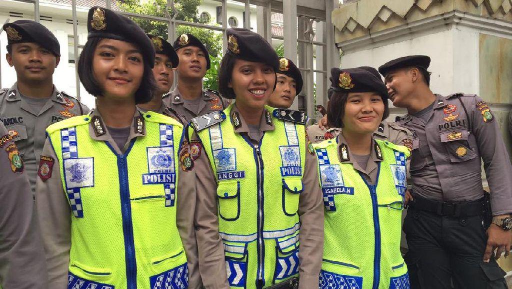 Deretan Polwan Cantik Kawal Demo Karyawan Freeport