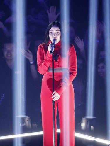 Ini Adik Miley Cyrus, Tampil dengan Baju Transparan di Penghargaan Musik