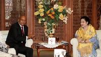 Terlihat dalam acara itu, Presiden Jacon dan Megawati duduk berdampingan.