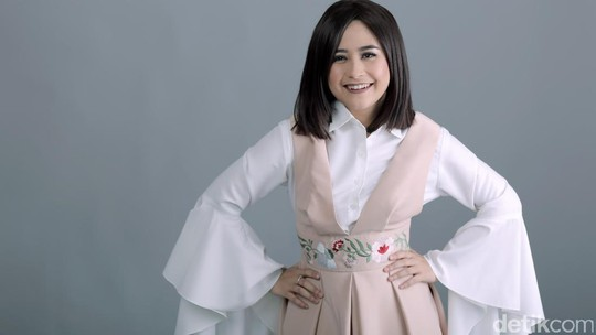 Pose Menggemaskan Prilly Latuconsina saat Pemotretan Celeb of The Month