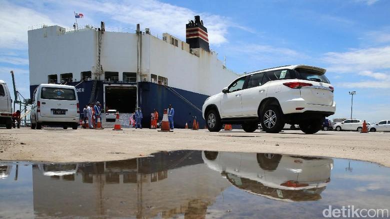 Ekspor mobil Toyota buatan Indonesia Foto: Ari Saputra