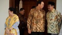 Ahok-Djarot kompak mengenakan kemeja batik berwarna cokelat. Megawati mengenakan baju berwarna biru dibalut selendang berwarna kuning emas.
