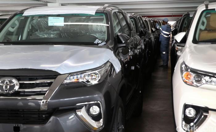 PT Toyota Motor Manufacturing Indonesia (TMMIN) melakukan pengapalan kendaraan untuk ekspor ke berbagai negara di IPC Car Terminal, Tanjung Priok, Jakarta, Rabu (8/3).