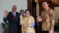 Presiden Afrika Selatan Jacob Zuma bersama Megawati Soekarnoputri dan Ahok saat menyapa sejumlah wartawan di kediaman Megawati di Menteng, Jakarta, Rabu (8/3/2017).