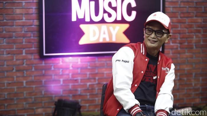 Yosi dan Igor yang tergabung dalam Cameo Project saat tampil di acara dHOT Music Day.
