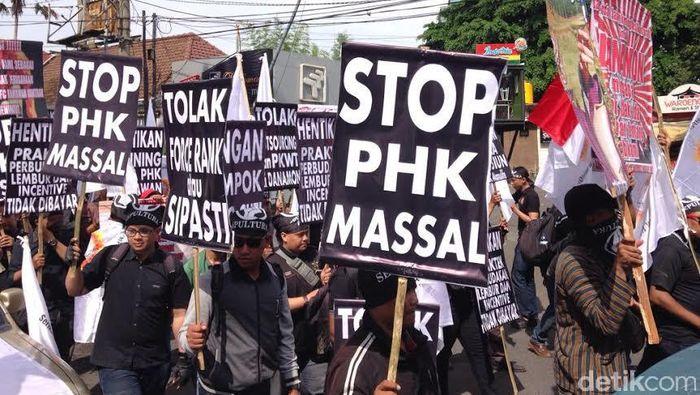 Demo pegawai bank swasta di Surabaya. Foto: Zainal Effendi