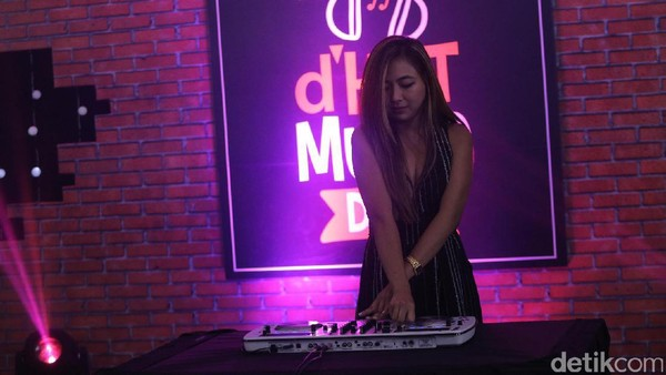 Makin Meriah! Nadia Vega Tampil dengan <i>Turntable</i> di dHOT Music Day