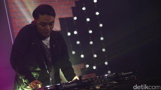 Dipha Barus saat tampil di d'HOT Music Day.