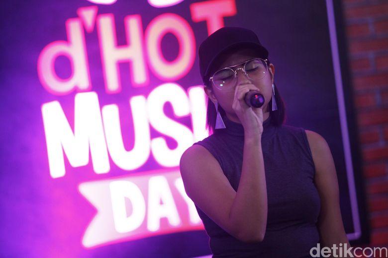 Mytha saat tampil di acara dHOT Music Day di detikcom, Warung Buncit, jakarta Selatan pada Kamis (9/3/2017).