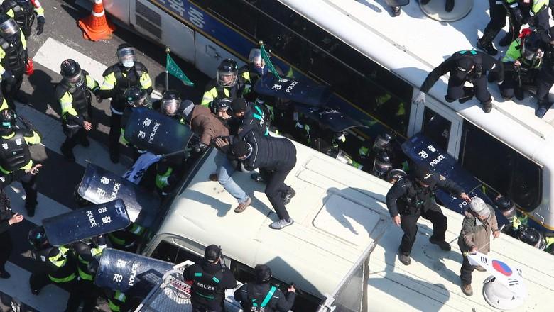 Bentrok dengan Polisi, Satu Lagi Pendukung Presiden Korsel Tewas