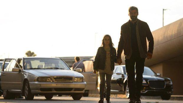 Dafne Keen dan Hugh Jackman sebagai Laura Kinney dan Wolverine di Logan