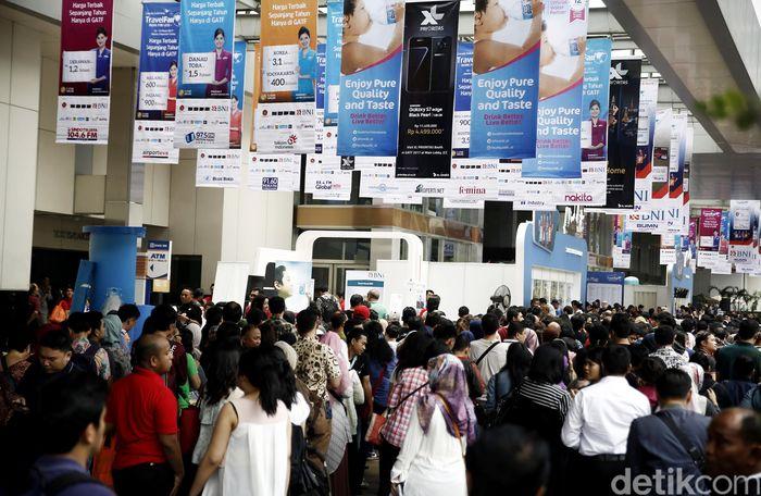 Para pengunjung terlihat membludak di Garuda Indonesia Travel Fair 2017 fase I yang resmi dibuka hari ini, Jumat (10/3/2017) di Jakarta Convention Center (JCC), Jakarta.