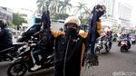 Aksi Driver Ojek Online Pungut Ranjau Paku