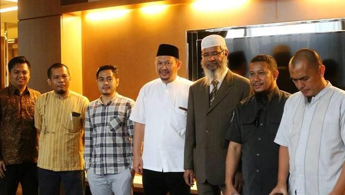 Zakir Naik (tiga dari kanan) dan panitia Zakir Naik Visit/Panitia
