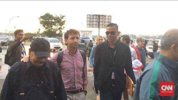 Luis Milla bersama Bayu Eka Sari Teguh (kanan) dan dokter tim Syarif Alwi (kiri).