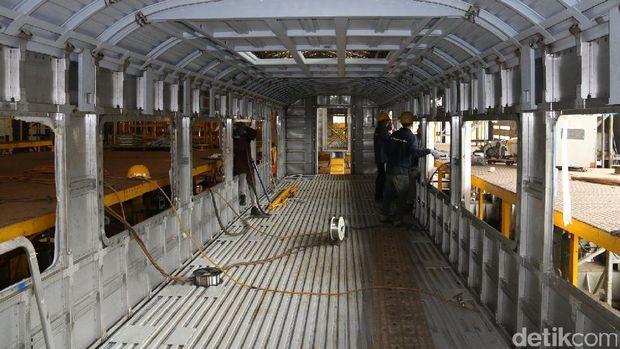 Kereta bandara di bengkel PT INKA