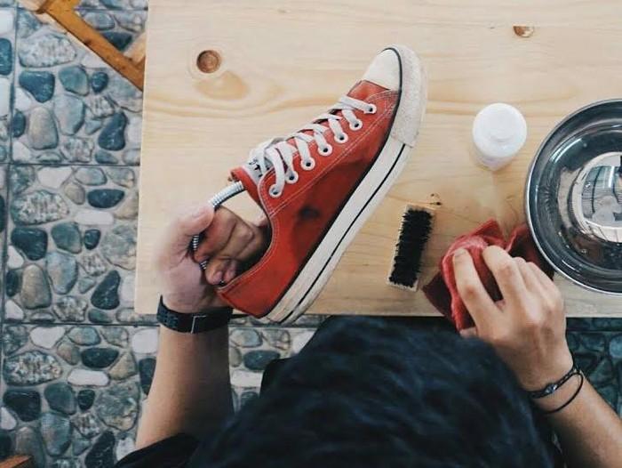 Ilustrasi cuci sepatu yang kena banjir (Foto: Istimewa)