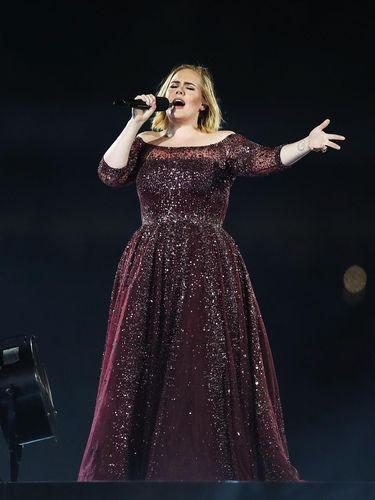 Adele Banjir Pujian Netizen karena Cium Tangan Hijabers Saat Konser