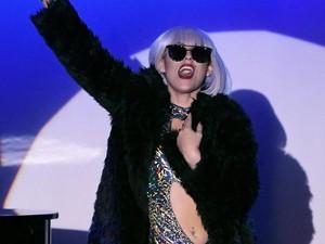 Sakit Serius, Lady Gaga Dapat Kiriman Bunga dan Jaket dari Beyonce