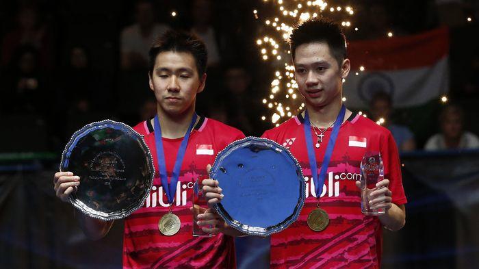 Kevin Sanjaya Sukamuljo (kanan) dan Marcus Fernaldi Gideon (kiri) menunjukkan trofi usai mengalahkan Li Junhui/Liu Yuchen di final All England 2017 yang dihelat di Barclaycard Arena, Minggu (12/3/2017) malam WIB. (Pool/Andrew Boyers/Reuters/detikFoto)