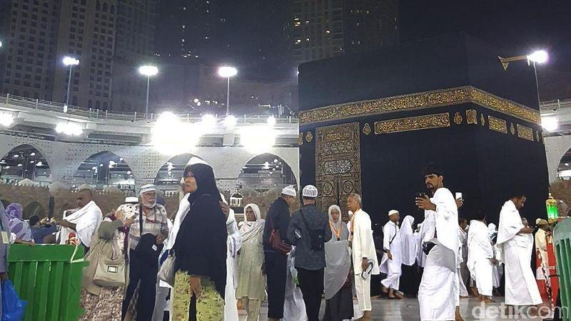 Kabah di Masjidil Haram, Makkah menjadi tujuan utama saat umrah. Puas-puasin ibadah depan Kabah dan curahkan semua keluh kesah kepada Allah SWT (REUTERS/Ahmed Jadallah)