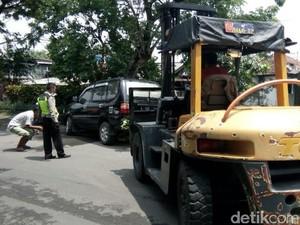 Mobil Tabrak Pohon Setelah Sang Sopir Jadi Korban Modus Penipuan