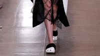 Sandal Crocs Tuntut 20 Perusahaan, Tuding Desainnya Diplagiat