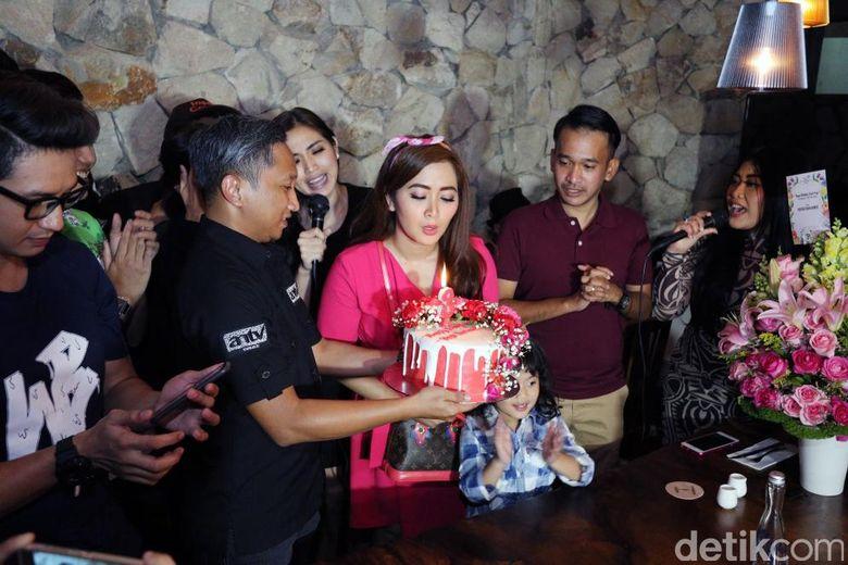 Perayaan ulang tahun Vega di Bluegrass Epicentrum, Kuningan, Jakarta Selatan pada Senin (13/3/2017).