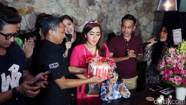 Keseruan Perayaan Ulang Tahun ke-31 Vega Darwanti