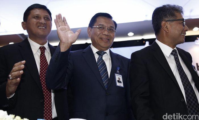 Asmawi Syam (tengah) melambaikan tangan sebagai salam perpisahan kepada awak media usai menggelar RUPST dan konferensi pers di hadapan media.