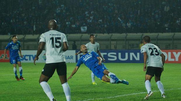 Persib Bandung masih belum menemukan bomber ideal sepeninggal Sergio van Dijk.