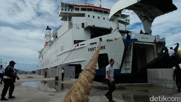 Uji coba dermaga IV Pelabuhan Merak.
