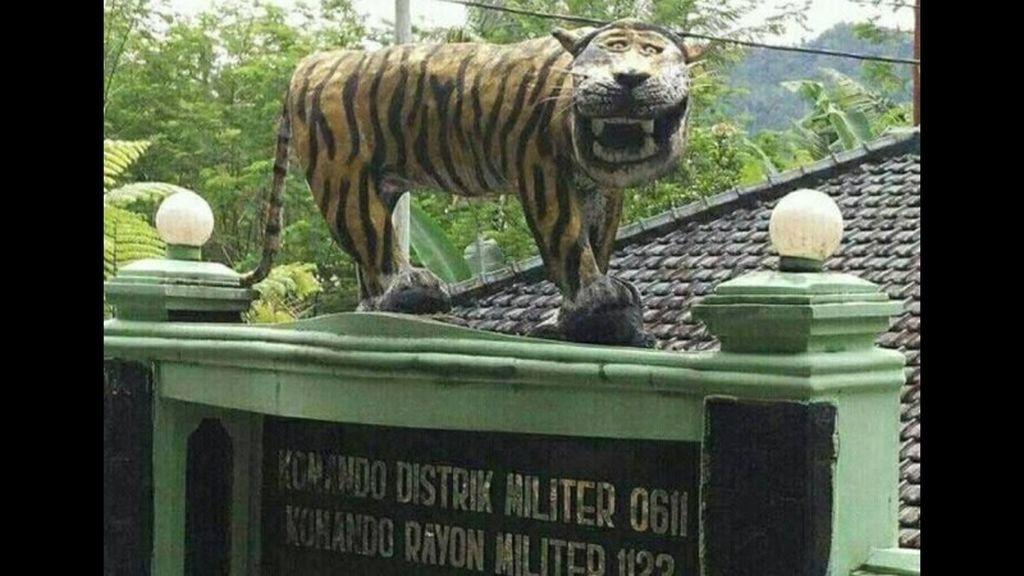 Foto patung macan di Komando Rayon Militer (Koramil) 1123 Cisewu, yang bernaung di bawah Komano Distrik Militer (Kodim) 0611 Garut, Jawa Barat, mendadak viral dan menjadi perbincangan netizen. (foto: meme di internet)
