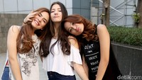 Cassandra Lee awalnya tergabung dalam girlband bernama Elovii bersama Stefhanie Zamora dan Salshabilla Adriani.
