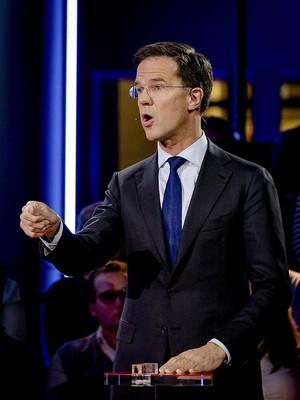 PM Belanda Dipuji karena Ngepel Tumpahan Kopi, Ini Videonya
