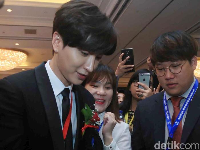 Personil Super Junior, Leeteuk saat hadiri acara Indonesia-Korea Business Summit di Hotel Shangri-La.