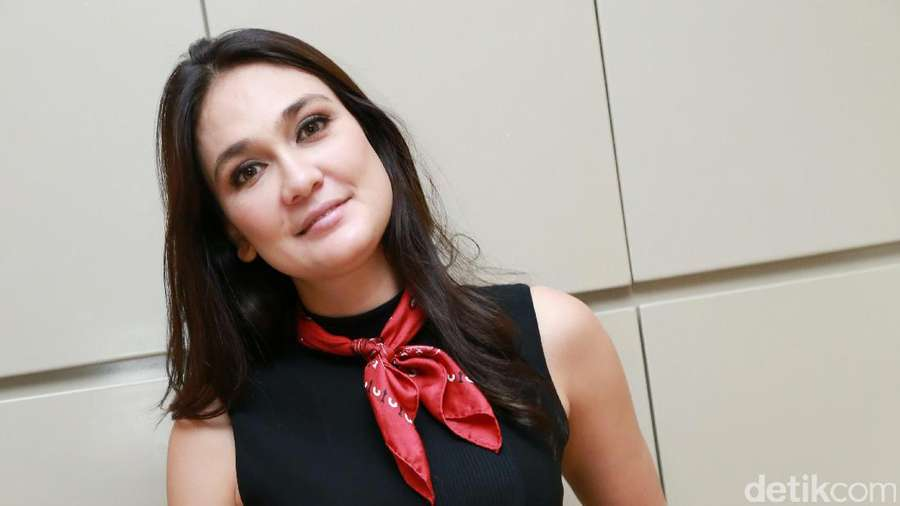 Luna Maya Tampil Fresh and Flawless