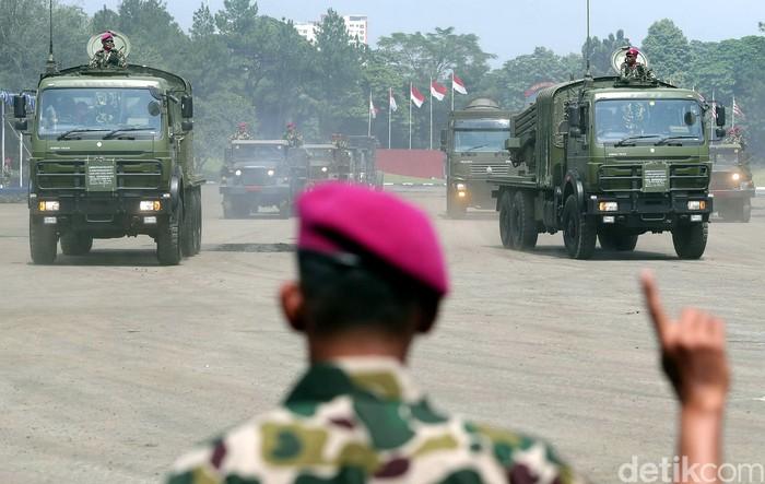 Para prajurit Korps Marinir dari berbagai satuan melakukan aksi unjuk kemampuan saat berlangsungnya Serah Terima Jabatan Komandan Korps Marinir berlangsung di Lapangan Apel Brigif 2, Cilandak, Jakarta Selatan, Kamis (16/03/2017). Para prajurit Marinir ini melakukan aksi unjuk kemampuan seperti terjun payung, bela diri dan juga memperlihatkan alutsista yang mereka miliki. Grandyos Zafna/detikcom