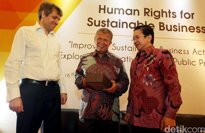 Ketua Indonesia Business Council for Sustainable Development (IBCSD), Tony Wenas didampingi Pendiri FIHRSST, Marzuki Usman, membuka loka karya bertajuk Hak Asasi Manusia Dalam Bisnis Berkelanjutan, di Jakarta, Kamis (16/03/2017).