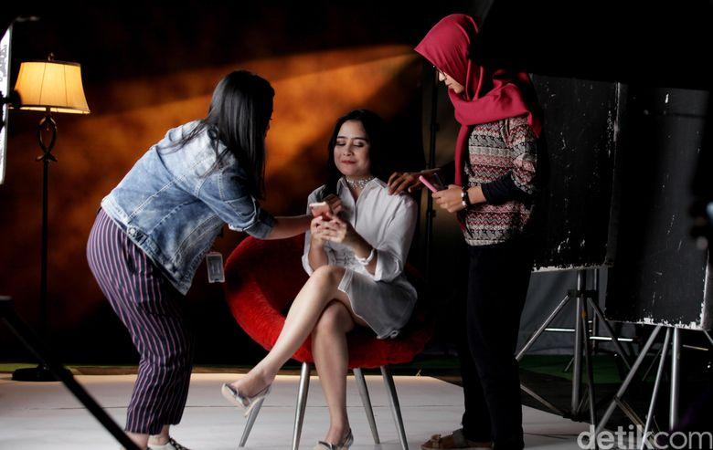 Prilly saat ditemui di tengah syuting video klip sinetron Bawang Merah Bawang Putih di kawasan Kemang, Jakarta Selatan pada Kamis (16/3/2017). (Dok. detikHOT)